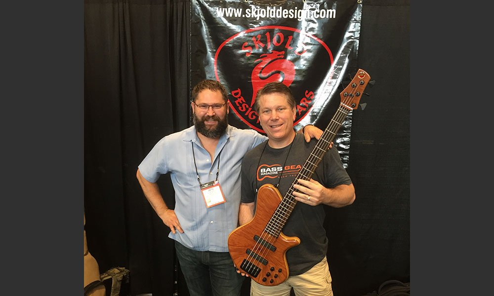Tom Bowlus chats with master luthier, Pete Skjold